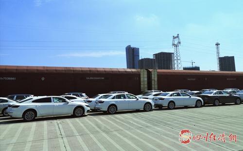 35(网)(12号消息)威斯腾西部铁路物流园配图    货场上停着的汽车.jpg