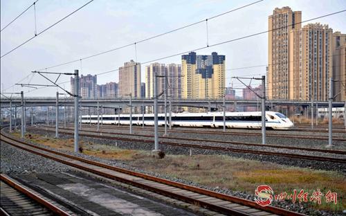 34(网)川渝贵首发跨省环线高铁今日开通,首发司机带你8小时跑来回配图   运行中的列车.jpg