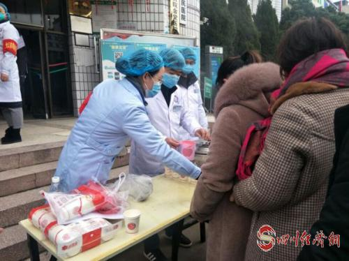 免费向一线人员  病员家属及群众发放预防新型肺炎中药汤剂.jpg