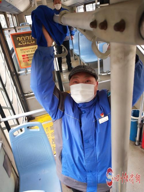 """13(网)抗疫一线英雄谱之成都公交司机张晓彬:""""以车为床"""" 日夜不停坚持""""战疫""""配图   给公交车消毒。.jpg"""