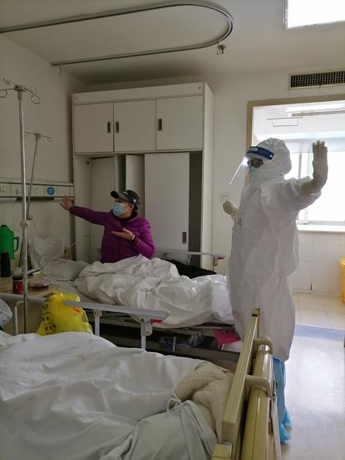 24(网)抗疫一线群英谱之刘若阳配图 刘若阳带领患者做八段锦.jpg