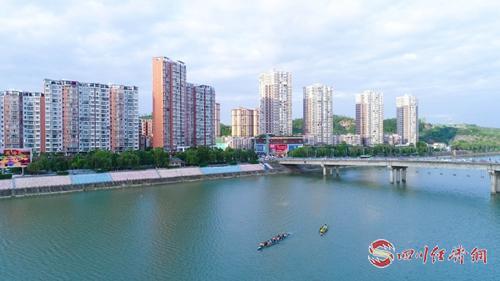 19(網)簡陽:綠色變革讓生態底色愈發亮麗配圖   碧水藍天的城市景象( 謝明剛 攝).jpg