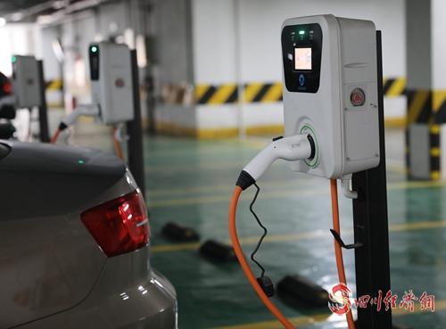 19(網)簡陽:綠色變革讓生態底色愈發亮麗配圖   新能源汽車充電樁( 謝明剛 攝).jpg