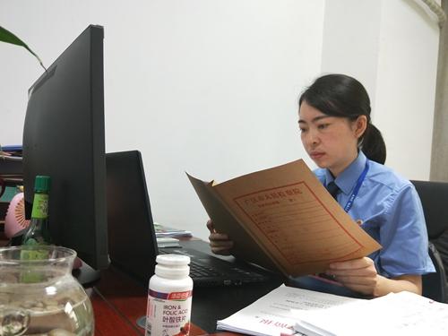 """22(網)閃耀的""""流星""""配圖   工作中的趙雪瑩,正在查看案卷.jpg"""