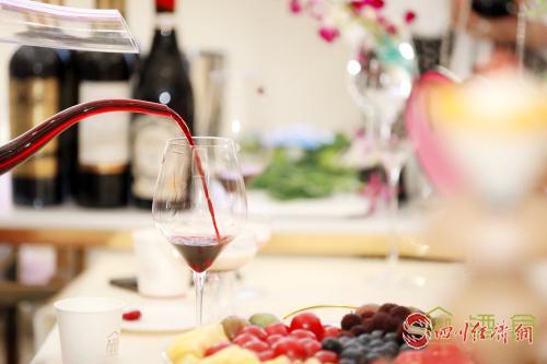 12(网)川酒集团举行美酒品鉴会配图   现场气氛浪漫舒适.jpg