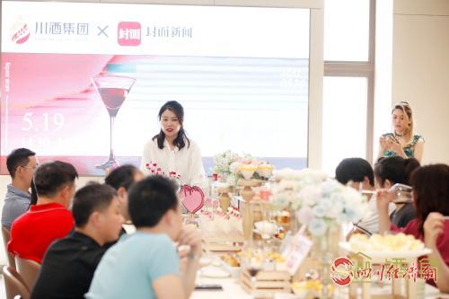 12(网)川酒集团举行美酒品鉴会配图   参与者为品鉴活动点赞.jpg