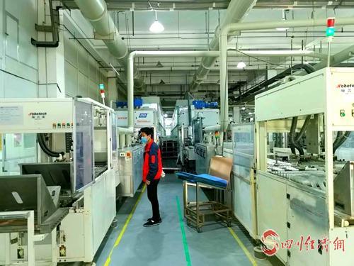 英創力公司生產車間一派忙碌,工人正在加班加點生產保供產品(英創力公司  供圖)_看圖王.jpg