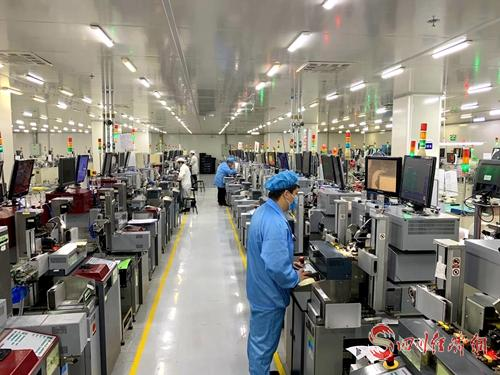 藍彩電子生產車間,工人們正在生產保供產品。(藍彩電子公司  供圖).jpg