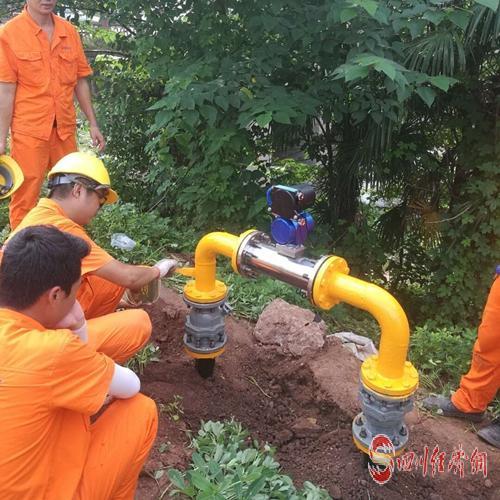 燃气公司工人师傅给异地搬迁新房安装燃气管道.jpg