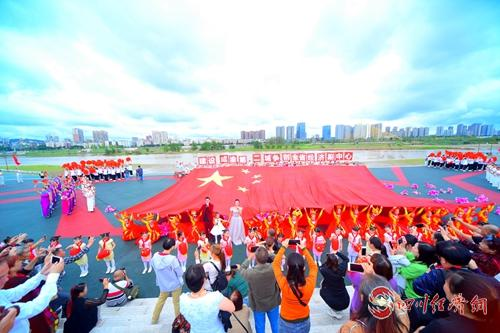 2019年中國西部絲綢博覽會期間千人旗袍秀活動_看圖王.jpg